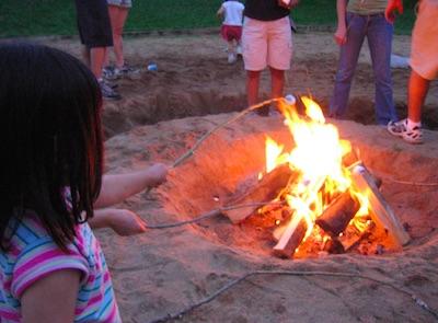 キャンプでマシュマロ焼き