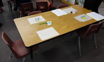 アメリカの小学校2年生 教室 机