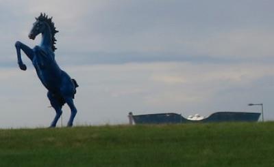デンバー空港の青い馬 眼が赤く光ります