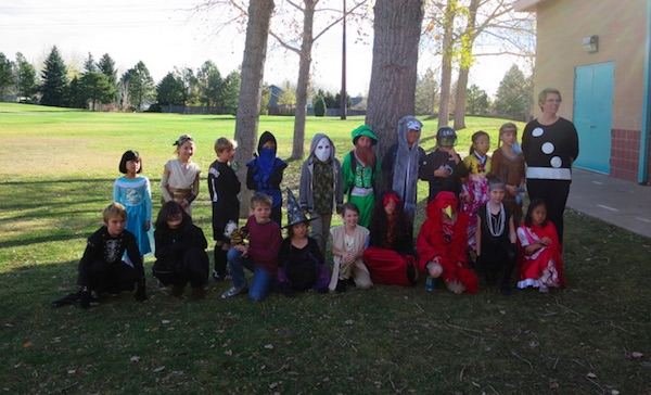 小学校のハロウィンパーティーの記念写真